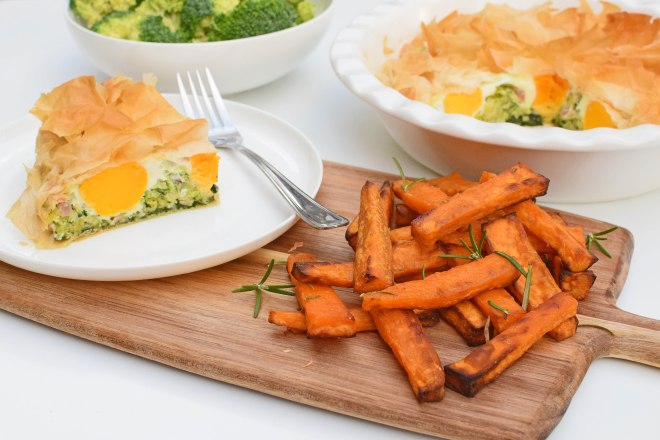 Egg and bacon pie with sweet potato chips